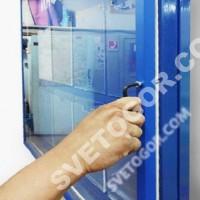 Открывание двери на наших стендах осуществляется при помощи шестигранного ключа. Ключ входит в комплект.